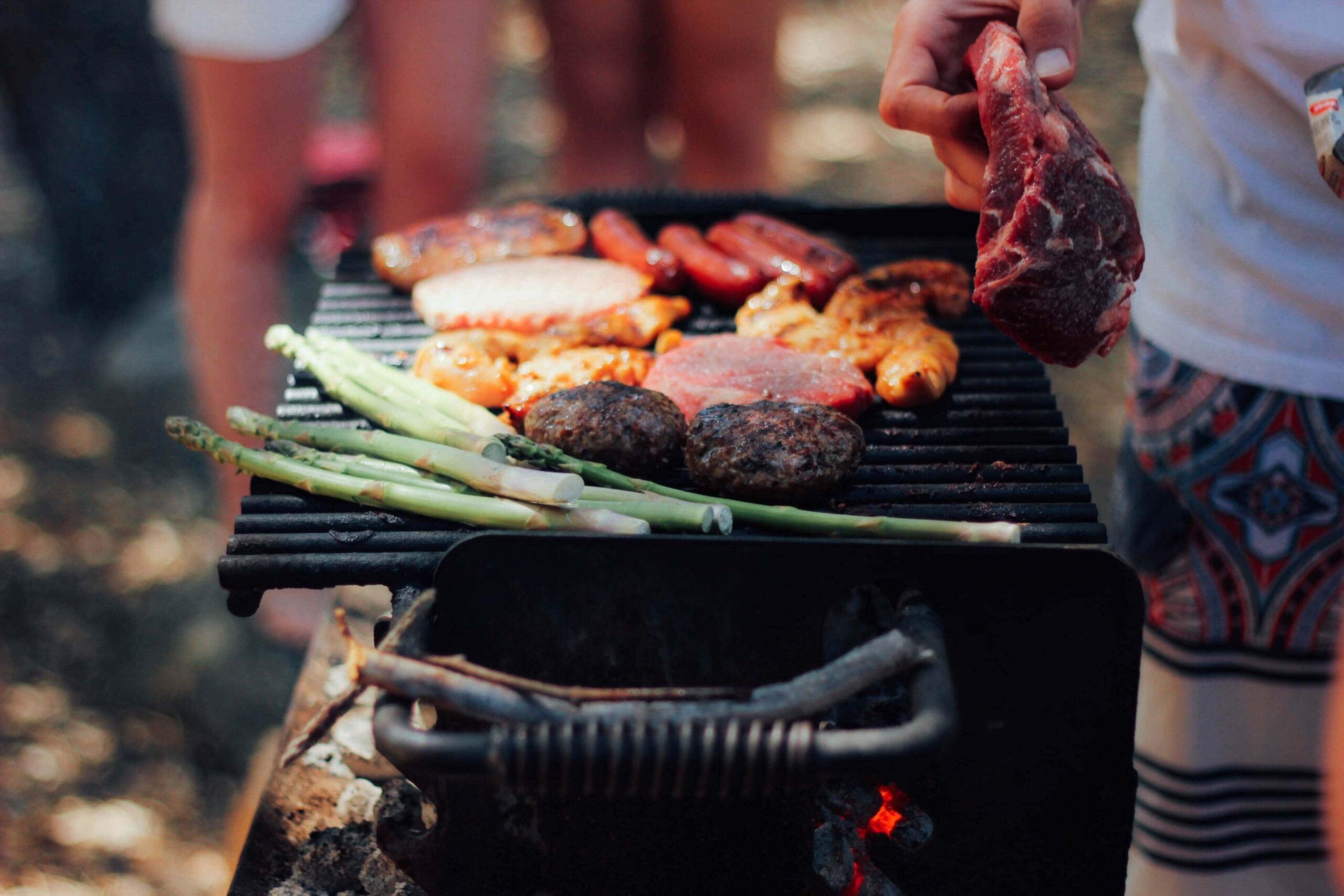 Jaki grill wybrać – z pokrywą czy bez?